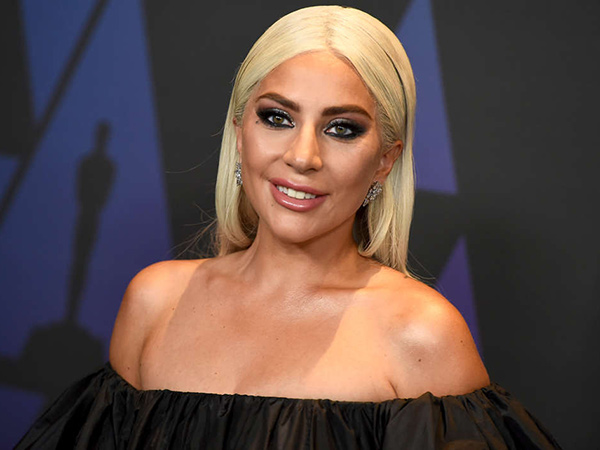 Lady Gaga Cium Pria Misterius di Malam Tahun Baru