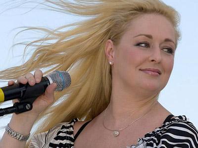 Tembak Diri Sendiri, Penyanyi Country Amerika Ini Ditemukan Tewas