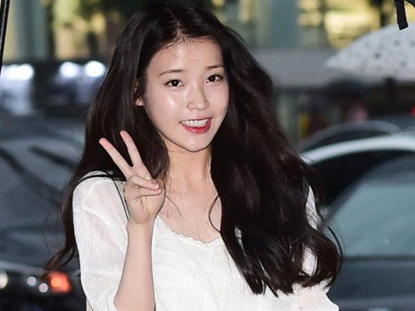 Hadiri Pesta Drama Terbarunya, Netizen Anggap Gaya Berpakaian IU Tiru Sulli?