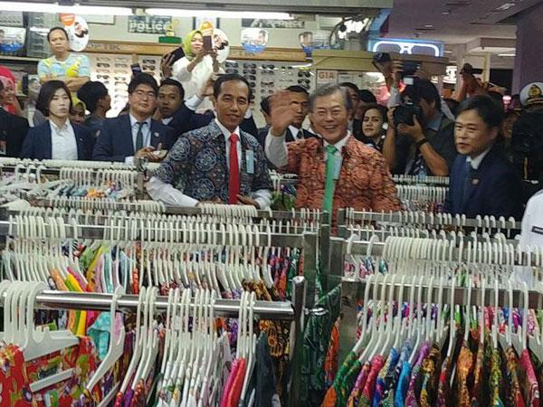 Blusukan ke Mall di Bogor, Presiden Jokowi dan Presiden Korsel Moon Jae In Belanja Batik
