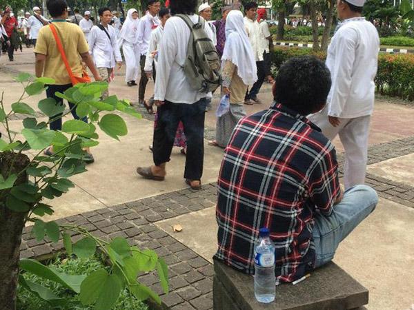 Pria Baju Kotak-Kotak di Demo GNPF 55 Tarik Perhatian Peserta Aksi