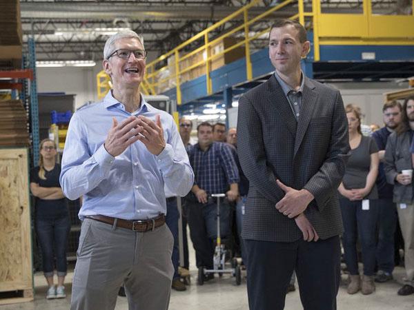 Kantongi Smartphone Lebih Besar, CEO Apple Bawa Bocoran iPhone 8 atau Galaxy Note 8?