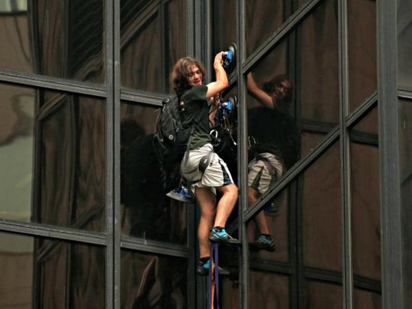 Layaknya Ingin Bertemu Idola, Pria Ini Panjat Gedung 21 Lantai Demi Melihat Donald Trump