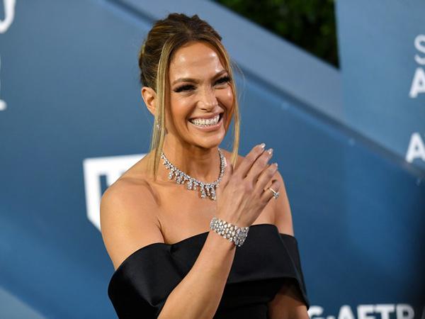 Gaya Mewah Jennifer Lopez dengan Perhiasan Senilai Rp 123 M