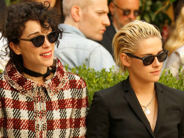 Kristen Stewart dan St Vincent Debut Sebagai Pasangan di Red Carpet Vogue
