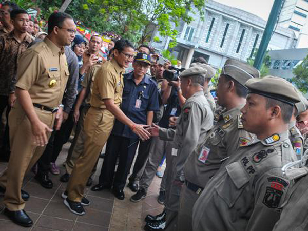 Melihat Lebih Dekat Sepatu 'SandiUno' yang Viral Dipakai Wagub Jakarta di Hari Pertama Kerja