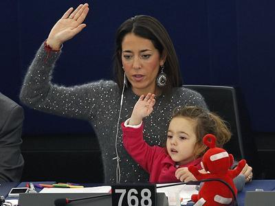 Wah, Ibu Ini Ajak Putrinya Dalam Sidang Parlemen Uni Eropa