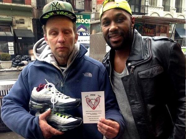 Peduli Nasib Geladangan, Pria Ini Berikan Sepatu Gratis!