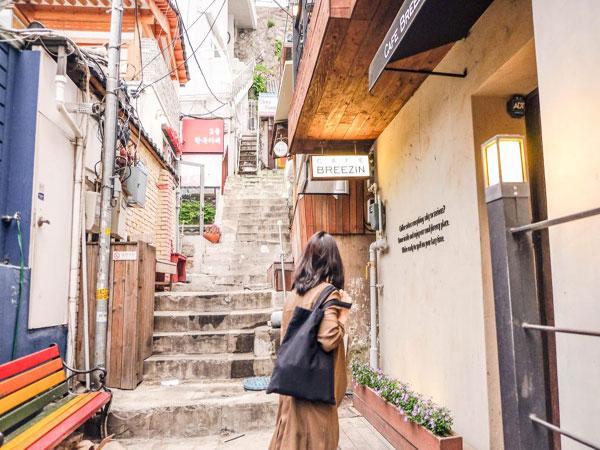 Santai di Atap Teras Café Breezin Sambil Melihat Desa Hanok