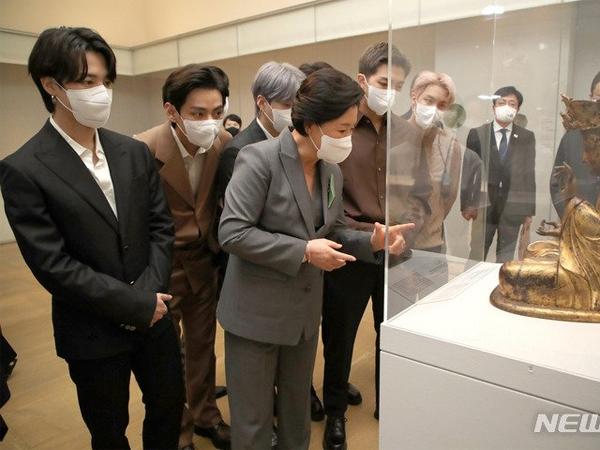 Momen BTS Dampingi Ibu Negara Kim Jung Sook di Acara Metropolitan Museum of Art