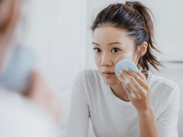 Sama-sama Membersihkan, Makeup Remover dan Facial Cleanser Punya Perbedaan Penting