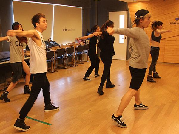 8 Idola K-Pop Pria Bertopeng Siap Adu Kemampuan Dance di Program Buatan Channel 1theK, 'Dance War'