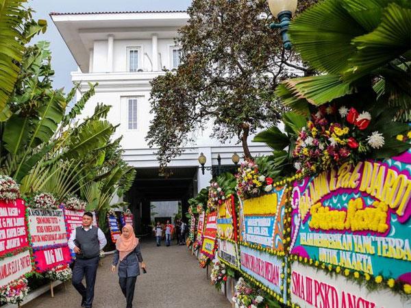 Cerita Dibalik Fenomena Karangan Bunga yang Kembali Hiasi Balai Kota