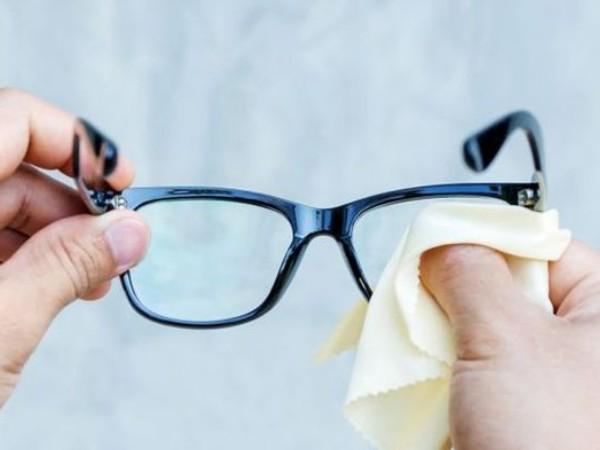 Sudah Tau? Ternyata Ini Cara Membersihkan Kacamata Yang Benar
