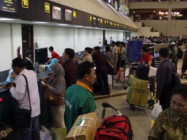 Duh, Ribuan Penumpang Bandara Juanda Pasrah tak Lebaran