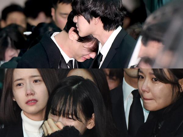 Momen Haru Saat Member SHINee & Keluarga SMTOWN Saling Menguatkan di Pemakaman Jonghyun