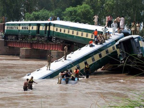 Jembatan Runtuh, Kereta Pakistan Meluncur ke Sungai