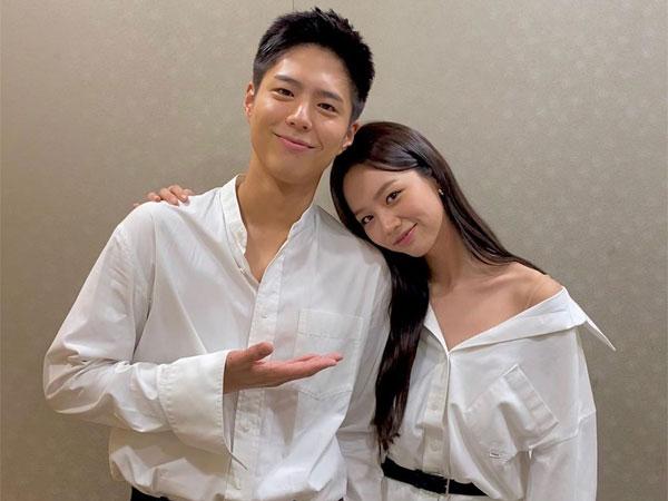 Potret Akrab Pasangan 'Reply 1988' Park Bo Gum dan Hyeri di Lokasi Syuting 'Record of Youth'