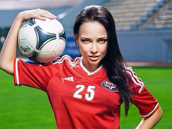 Model Ini Berpose Bugil untuk Bantu Keuangan Klub Sepakbola Ukraina