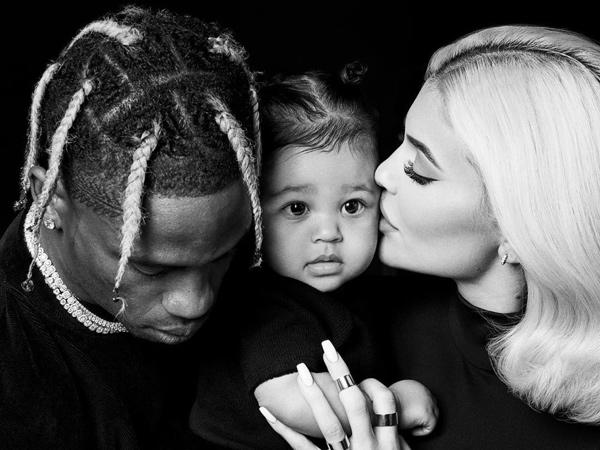 Tunjukkan Potret Keluarga Bahagia, Kylie Jenner-Travis Scott Ajak Stormi Pose di Red Carpet