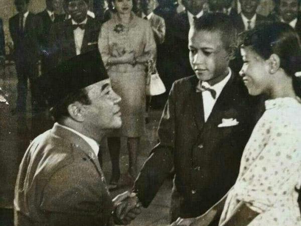 Heboh Foto Lawas Barack Obama Pernah Bertemu dengan Presiden Soekarno