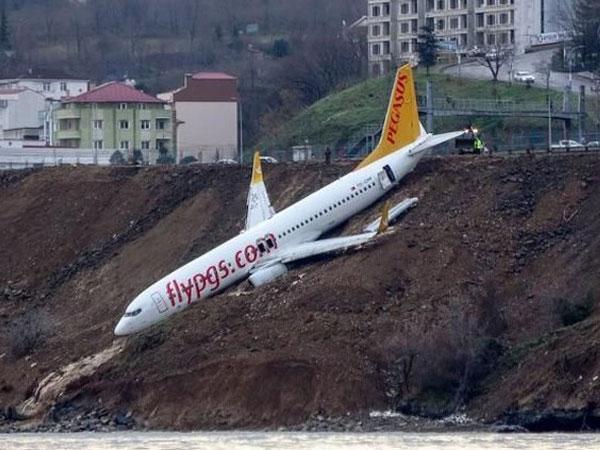 Mencekam, Begini Suasana Evakuasi Penumpang Pesawat Turki yang Tergelincir di Tebing Tepi Laut