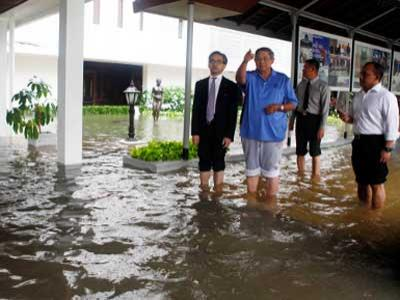 Istana Banjir, SBY Gulung Celana Sebetis