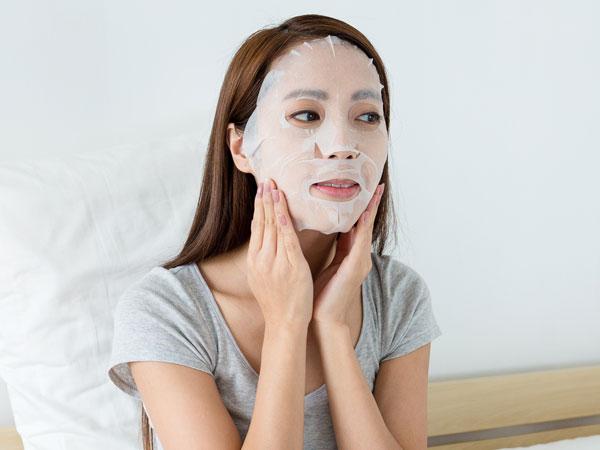 Dapatkan Manfaat Maksimal, Tips Pakai Sheet Mask Ini Perlu Kamu Tiru