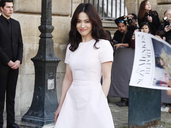 Song Hye Kyo Hadiri Show yang Sama dengan Lorde dan Dakota Johnson di Paris Fashion Week