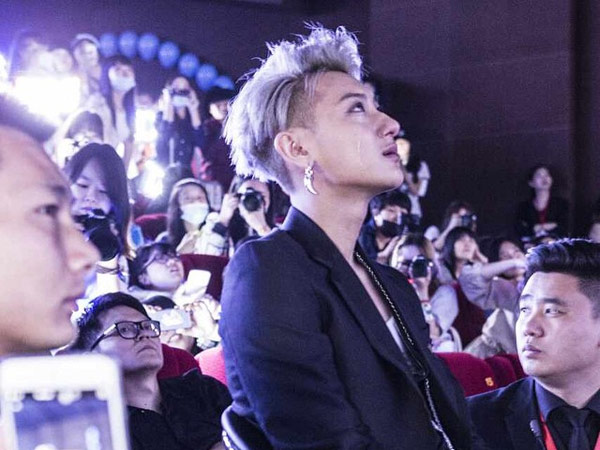 Muncul Pertama Kali Pasca Rumor Hengkang, Tao EXO Berurai Air Mata