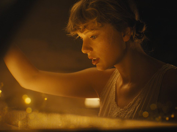 Taylor Swift Rilis Video Musik 'Cardigan'