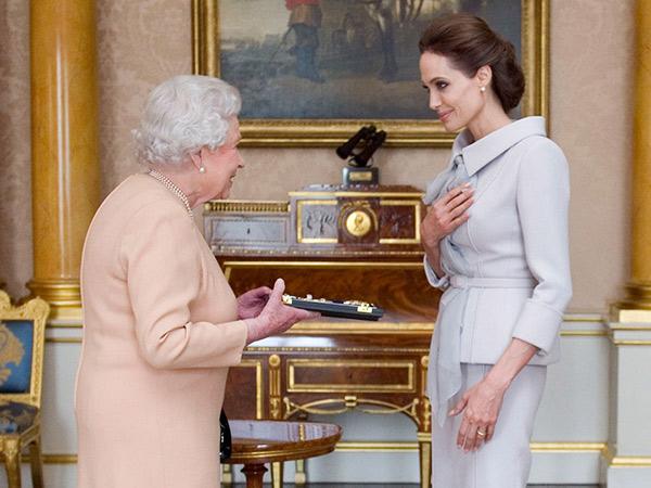Wah, Angelina Jolie Dapat Gelar Kehormatan dari Ratu Elizabeth II!