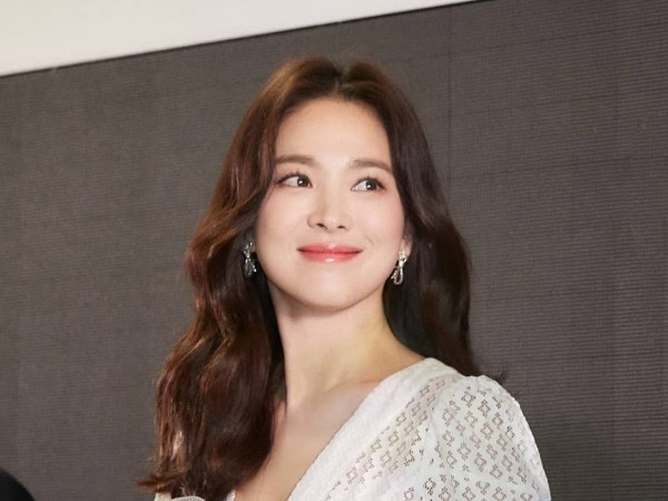 Song Hye Kyo Cantik Serba Putih Hadiri Acara Publik Perdana Pasca Pengumuman Cerai