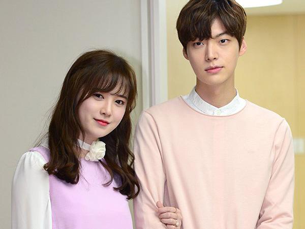 Kunjungi Rumah Sakit Anak, Ahn Jae Hyun dan Goo Hye Sun Serasi di Hari Pernikahan