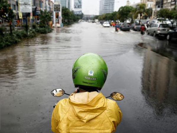Hujan Merata Sejak Subuh, Ini Jalanan Jakarta Yang Banjir dan Alami Kemacetan Parah
