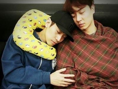 Kecapekan, Andy dan Eric Shinhwa Tidur dengan Pose Lucu di Ruang Tunggu