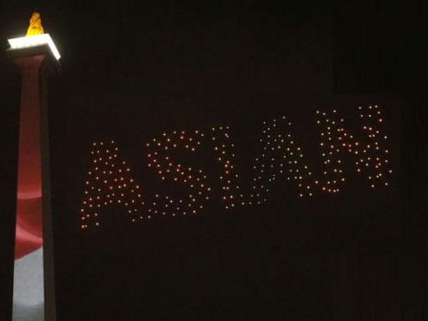 Atraksi Cantik 300 Drone Hiasi Langit Monas di Countdown Asian Games 2018