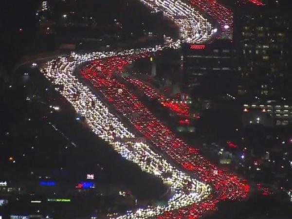 Mudik Thanksgiving Los Angeles Sebabkan Kemacetan Parah, Antriannya Seperti Bendera Indonesia