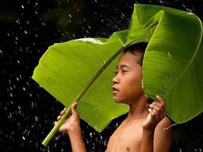 Warga Sri Lanka Heboh dengan Hujan Warna-warni