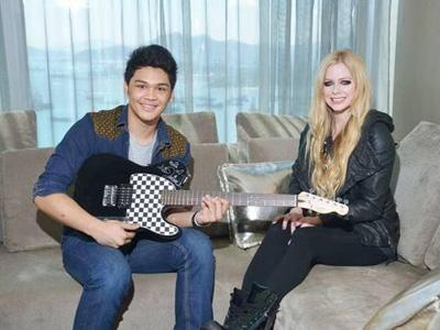 Wah, Mikha X Factor Dapat Gitar dari Avril Lavigne!