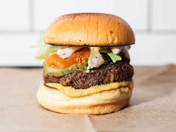 Patty Super Tebal, Burger Ini Ternyata Tidak Mengandung Daging!