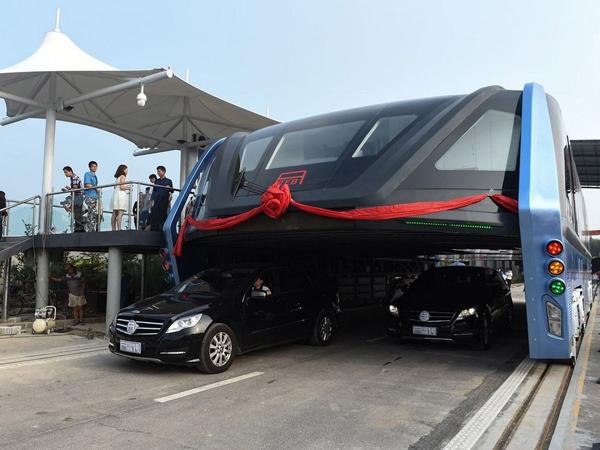 Tak Lagi Sebuah Konsep, Bus 'Mengangkang' Anti Macet Resmi Mengaspal di Cina!