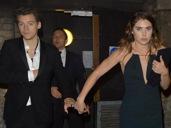Harry Styles Tertangkap Kamera Digandeng Mesra Seorang Wanita, Siapakah Dia?