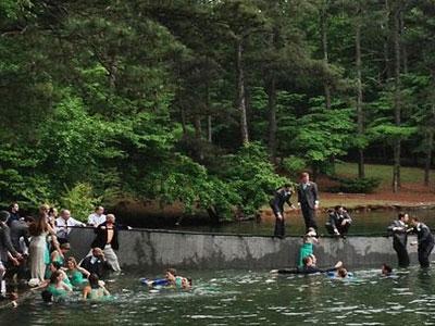 Usai Foto, Para Pedamping Pengantin Tercebur ke Danau