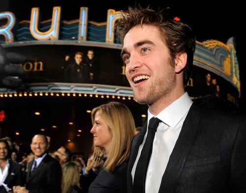 Hii, Robert Pattinson Senang Jadi Vampir