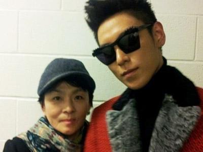 Foto T.O.P Big Bang Bersama Ibu Buat Heboh Fans