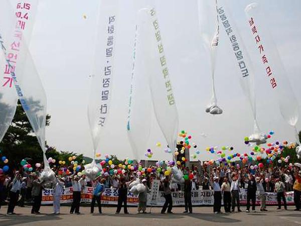 Kutuk Ledakan Ranjau, Aktivis Korea Selatan Lepaskan Ribuan Selebaran Balon Anti-Korut