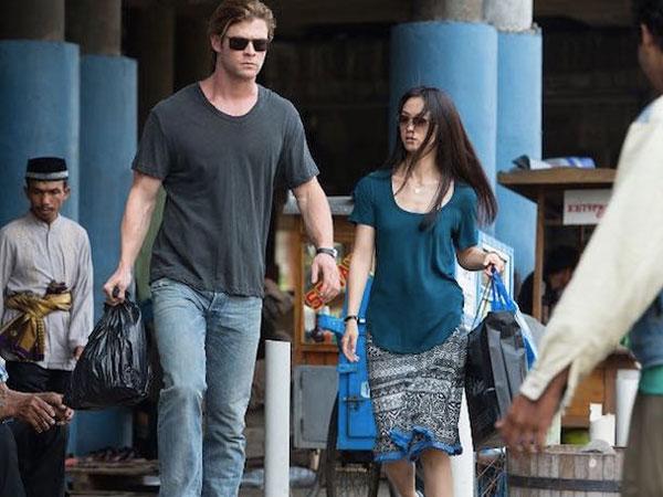 Intip Foto Aktor 'Thor' Chris Hemsworth Jajan Ketoprak Dalam Cuplikan 'Blackhat'!