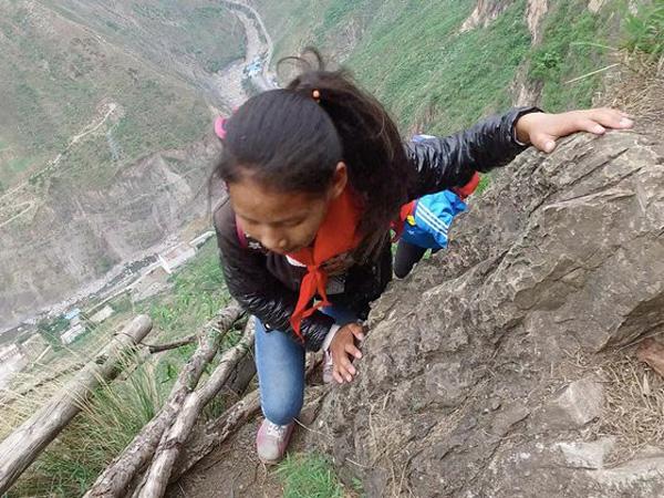 Penuh Perjuangan, Anak-Anak Ini Harus Panjat Tebing Curam Untuk Sampai Sekolah