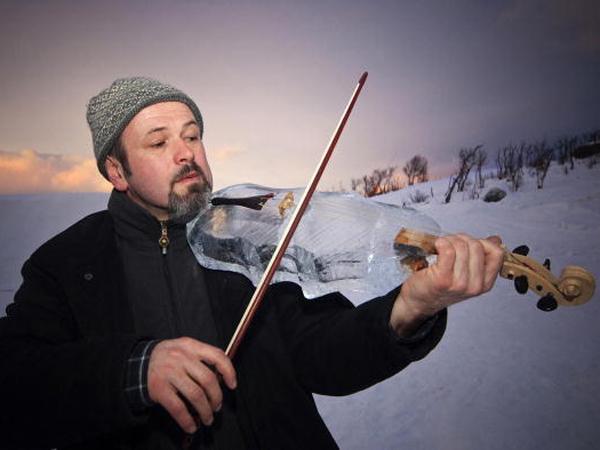 Keren! Para Musisi Ini Mainkan Alat Musik yang Terbuat dari Es!